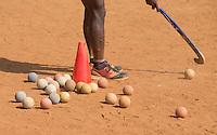 KHUNTI (Jharkhand) -  Trainersopleiding   - ONE MILLION HOCKEY LEGS  is een project , geïnitieerd door de Nederlandse- en Indiase overheid, met het doel om trainers en coaches op te leiden en  500.000 kinderen in India te laten hockeyen.  Ex international Floris Jan Bovelander    is een van de oprichters en het gezicht van OMHL.  COPYRIGHT KOEN SUYK