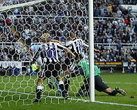 Fotball<br /> Premier League 2004/05<br /> Newcastle v Manchester City<br /> 24. oktober 2004<br /> Foto: Digitalsport<br /> NORWAY ONLY<br /> Newcastle's Alan Shearer puts his team back in front after a goal-mouth scramble