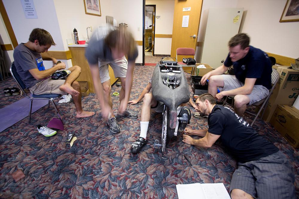 Het team van de technische universiteit in Toronto werkt in Battle Mountain aan hun nieuwe fiets, de ETA. In Battle Mountain (Nevada) wordt ieder jaar de World Human Powered Speed Challenge gehouden. Tijdens deze wedstrijd wordt geprobeerd zo hard mogelijk te fietsen op pure menskracht. Ze halen snelheden tot 133 km/h. De deelnemers bestaan zowel uit teams van universiteiten als uit hobbyisten. Met de gestroomlijnde fietsen willen ze laten zien wat mogelijk is met menskracht. De speciale ligfietsen kunnen gezien worden als de Formule 1 van het fietsen. De kennis die wordt opgedaan wordt ook gebruikt om duurzaam vervoer verder te ontwikkelen.<br /> <br /> The team of the technical university of Toronto works in Battle Mountain on their new bike, called ETA. In Battle Mountain (Nevada) each year the World Human Powered Speed Challenge is held. During this race they try to ride on pure manpower as hard as possible. Speeds up to 133 km/h are reached. The participants consist of both teams from universities and from hobbyists. With the sleek bikes they want to show what is possible with human power. The special recumbent bicycles can be seen as the Formula 1 of the bicycle. The knowledge gained is also used to develop sustainable transport.