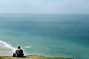 Frankrijk, Sangatte, 9-4-2006..Uitzicht op Het Kanaal, Nauw van Calais, Street of Dover, Straat van Calais, vanaf Cap Griz Nez. Een recreant, toerist, rust uit op de rand van de rotskust...Uitzicht, landschap, vergezicht over de zee. ..Foto: Flip Franssen/Hollandse Hoogte