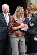 """Prinses Máxima slaat eerste munt 'Week van het geld'<br /> <br /> Hare Koninklijke Hoogheid Prinses Máxima der Nederlanden heeft op donderdagmiddag 10 november 2011 de eerste 'Week van het geld'-munt bij de Koninklijke Nederlandse Munt in Utrecht. De vormgeving van de munt is het resultaat van een ontwerpwedstrijd onder basisscholen in Nederland. De munt is geen wettig betaalmiddel. <br /> <br /> <br /> Princess Maxima attends first coin 'Money Week'<br /> <br /> Her Royal Highness Princess Máxima of the Netherlands attends on Thursday 10 November 2011 the first """"Week of money' coin at the Royal Dutch Mint in Utrecht. The design of the coin is the result of a design competition among primary schools in the Netherlands. <br /> <br /> Op de foto / On the photo : <br />  Prinses Maxima en de muntmeester van de Koninklijke Nederlandse Munt Maarten Brouwer"""