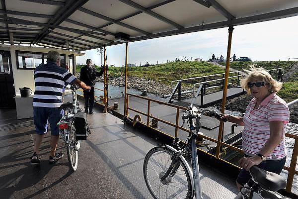 Nederland, Arnhem, 3-10-2011Het veerpontje de Samenwerking twee vaart tussen de zuidelijke rijnoever en de Westerbouwing heen en weer met fietsers en voetgangers. Het fietspontje wordt voortgestuwd door elektriciteit, zonneenergie, van de zonnepanelen op het dak. Groene stroom van Nuon.Sinds kort doet het ook dienst als leer werkproject voor werkloze jongeren.Foto: Flip Franssen/Hollandse HoogteFoto: Flip Franssen