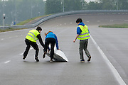 Tijdens de start valt de Velox om. HPT Delft, een team van studenten van de TU Delft en de VU Amsterdam, trainen op de baan van de RDW voor de recordpoging ligfietsen.<br />