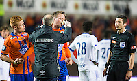 Eliteserien fotball 2016: Aalesund - Stabæk. Aalesunds Aron Elís Thrándarson (midten) med brukket nese i eliteseriekampen mellom Aalesund og Stabæk på Color Line Stadion. Mikkel Kirkeskov til venstre og dommer Tore Hansen til høyre.