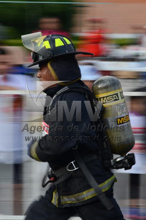 """Toluca, México.- Con la participación de más de 600 corredores entre ellos bomberos con sus equipos de trabajo, se realizó la cuarta edición de la carrera a beneficio """"Préndete"""" donde recorrieron una distancia de 5 y 10 Kilomentros por las principales avenidas de la capital mexiquense. Agencia MVT / Arturo Hernández."""