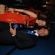 Premiere Sound of Music, Maaike Widdershoven en Hugo Haenen met champagne van de sponsor