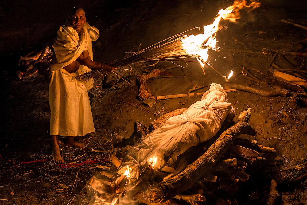 Comme le veut la tradition, le parent le plus proche du défunt allume le bûcher.