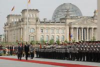 10 JUL 2001, BERLIN/GERMANY:<br /> Gerhard Schroeder, SPD, Bundeskanzler, Bashar al-Assad, Praesident Syrien, und Soldaten des Wachbataillons der Bundeswehr, angetreten zur Begruessung des Staatsgastes mit militaerischen Ehren im Hof des Bundeskanzleramtes, im Hintergrund Reichstagsgebaeude<br /> IMAGE: 20010710-01-004<br /> KEYWORDS: Soldaten, Deutscher Bundestag, Wachsoldaten, Begrüssung mit militärischen Ehren