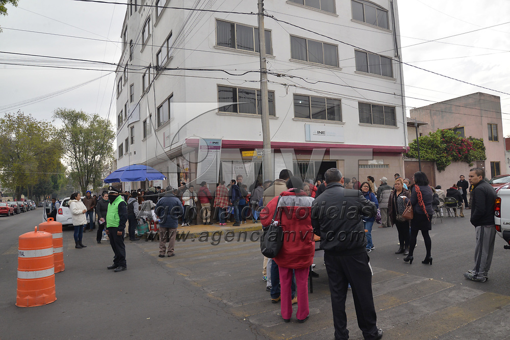 TOLUCA, México.- (Enero 31, 2018).- Cientos de personas acudieron a los módulos del INE para tramitar su credencial para votar, este día los módulos de atención estarán abiertos hasta las 12 de la noche. Agencia MVT / Crisanta Espinosa.