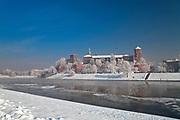 Zamek Królewski na Wawelu w Krakowie zimą, widok od strony Wisły, Polska <br /> Wawel Royal Castle in winter, view from the Vistula river, Cracow, Poland