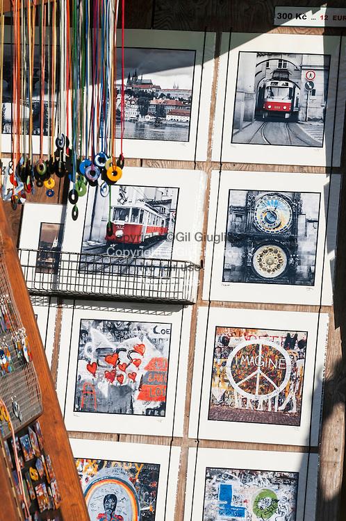 République Tchèque, Prague, quartier vieille ville Staré Mesto, souvenirs sur  Pont Charles // Czech Republic, Prague city, old city center Stare Mesto Praha 1,  tourism souvenirs on Charles bridge