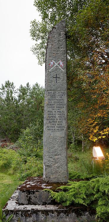 Minnesmerkene ved Indre Herøy Kirke.