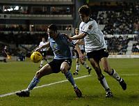 Fotball<br /> England 2004/2005<br /> Foto: SBI/Digitalsport<br /> NORWAY ONLY<br /> <br /> Derby County v Leeds United<br /> Coca Cola Championship. 26/01/2005<br /> <br /> Leeds' Frazer Richardson (L) shields the ball from Derby's Grzegorz Rasiak
