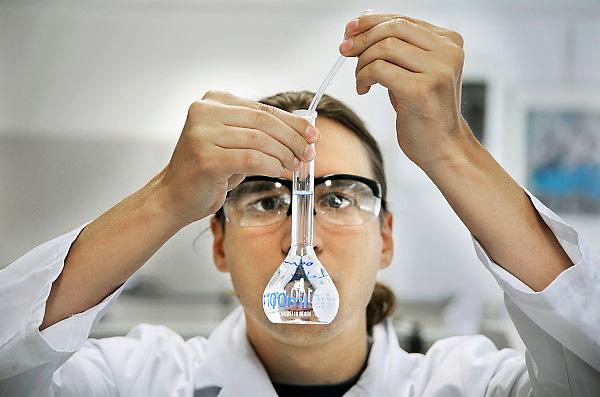 Nederland, Oss, 27-7-2010Onderzoek in een laboratorium bij Organon. Deze vestiging van MSD wacht ruim 2000 ontslagen. Men probeert te komen tot een science park, zodat de vele onderzoekers die hier werken toch werk houden.Foto: Flip Franssen/Hollandse Hoogte