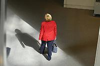 DEU, Deutschland, Germany, Berlin, 25.08.2021: Bundeskanzlerin Dr. Angela Merkel (CDU) verlässt den Plenarsaal nach der Debatte zum Bundeswehreinsatz zur Evakuierung aus Afghanistan.