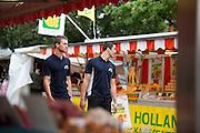 Wouter Horstink (rechts) en Timo Westerhoff lopen over de markt. In Leusden zorgen studenten van de ROC A12 opleiding Veiligheid & Toezicht als stagiair voor toezicht en handhaving in het winkelcentrum De Biezenkamp. De ondernemers in het winkelcentrum bepalen welke taken de studenten krijgen, de politie en een buitengewoon opsporingsambtenaar begeleiden de studenten.