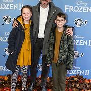 NLD/Amsterdam/20191116 - Filmpremiere Frozen II, Michiel Veenstra met zijn zoon en dochter