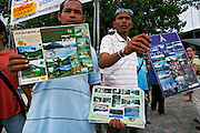 Thailandia , Phi Phi Island, promoting resorts at the main dock