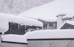THEMENBILD - mit Schneebedeckte Dächer mit Eiszapfen im Schneefall, aufgenommen am 09. Jaenner 2019 in Hinterglemm, Oesterreich // with snow covered roofs with icicles in snowfall, Hinterglemm, Austria on 2019/01/09. EXPA Pictures © 2019, PhotoCredit: EXPA/ JFK