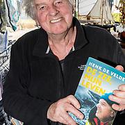 NLD/Bussum/20180407 - Zeezeler Henk de Velde signeert zijn boek