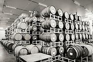 Inne i The Blending House hos Cascade Brewing är luften sval och fuktig. I taket finns ett sprinklersystem som väter öltunnorna. <br /> Portland, Oregon, USA