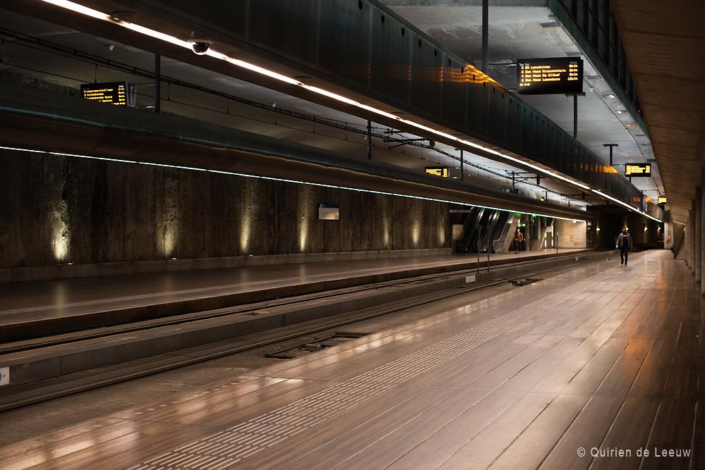 Een verlaten tramstation Spui tijdens de avondspits
