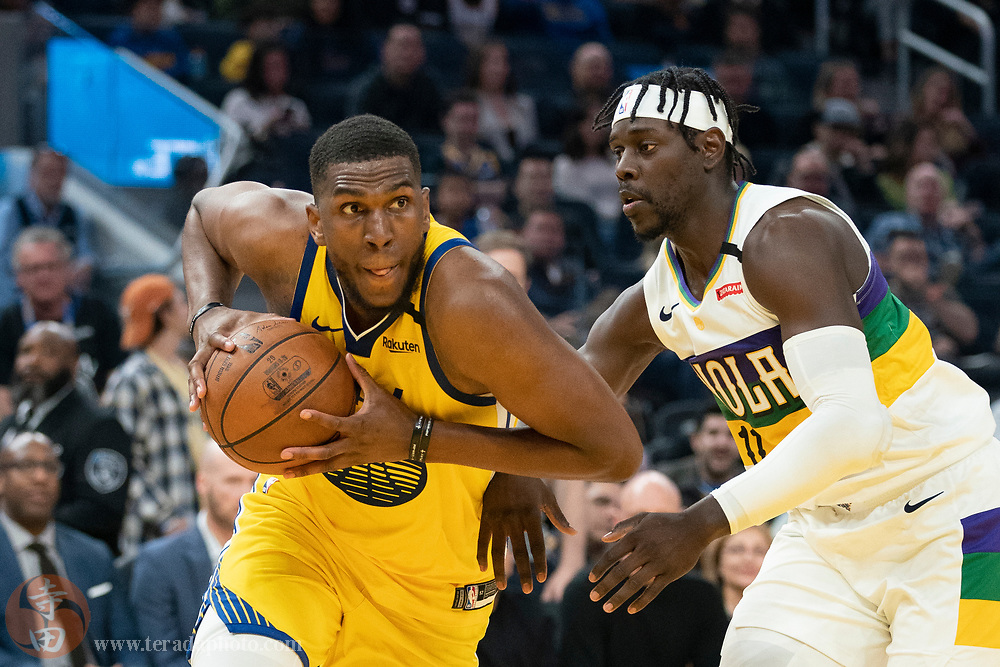 February 23, 2020; San Francisco, California, USA; Golden State Warriors forward Kevon Looney (5) drives to the basket against New Orleans Pelicans guard Jrue Holiday (11) during the second quarter at Chase Center.