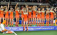 AMSTELVEEN -  Oranje en Marloes Keetels (Ned) met de beker,  na de gewonnen  damesfinale Nederland-Belgie bij de Rabo EuroHockey Championships 2017.   COPYRIGHT KOEN SUYK