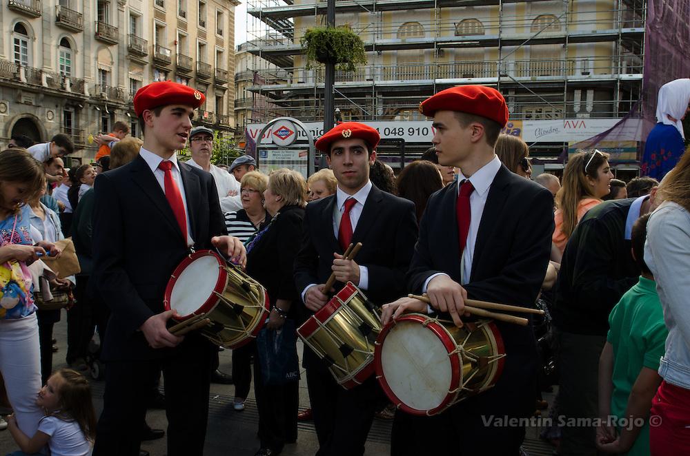 Three drummers from 'Gaiteros de Estella' band wearing a red beret.