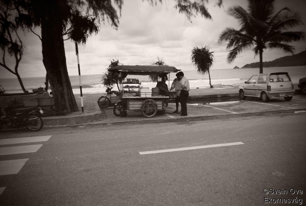Gatebod på en moped i Phuket.<br /> Foto: Svein Ove Ekornesvåg