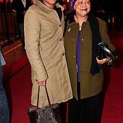 NLD/Den Haag/20110117 - Premiere film Sonny Boy, Jeugdjournaal presentatrice met haar moeder