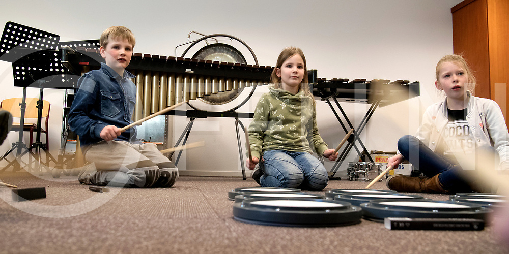 OMMEN - Muziek fabriek.<br /> Foto: Bert Groot Hedde geeft de kinderen trommel les.<br /> FFU PRESS AGENCY COPYRIGHT FRANK UIJLENBROEK