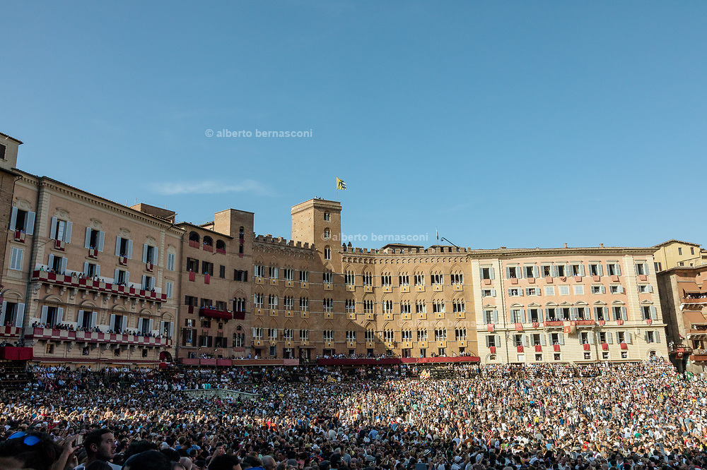 Italy, Siena, the Palio: the historic parade before the race. <br /> The ceremonial procession wends its way through the city streets and enters Piazza del Campo from the Curva del Casato, preceded by mounted Carabinieri.