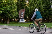04.06.2015 wies Dubicze Cerkiewne woj podlaskie Wedlug najnowszego spisu ludnosci narodowosc bialoruska zadeklarowało 81,33% mieszkancow tej gminy  , ktora jednoczesnie ma jeden z najnizszych w Polsce wskaznikow przyrostu naturalnego n/z starsza kobieta na rowerze , w tle pomnik zolnierzy radzieckich poleglych na terenie gminy w czasie II wojny swiatowej w l. 1941-45 postawiony w 40 rocznice zakonczenia wojny w 1985 roku fot Michal Kosc / AGENCJA WSCHOD
