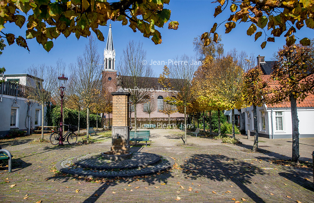 Nederland, Amsterdam, 15 oktober 2017.<br />Sloten is een dorp en de naam van een voormalige gemeente in de Nederlandse provincie Noord-Holland. Sloten ligt in het zuidwesten van de stad Amsterdam als onderdeel van het stadsdeel Nieuw-West. Sinds 1962 is er een Dorpsraad Sloten-Oud Osdorp.<br /> Sloten - dat wordt een beschermd dorpsgezicht.<br />Op de foto: Het dorpsplein met op de achtergrond de Protestantse Sloterkerk.<br /><br /><br /><br />Foto: Jean-Pierre Jans