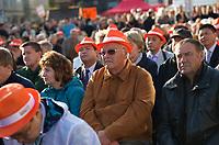 DEU, Deutschland, Germany, Magdeburg, 17.09.2013:<br />Parteianhänger mit orangen Hüten auf dem Kopf verfolgen die Rede von Bundeskanzlerin Dr. Angela Merkel (CDU) bei einer Wahlkampfveranstaltung der CDU auf dem Alten Markt.