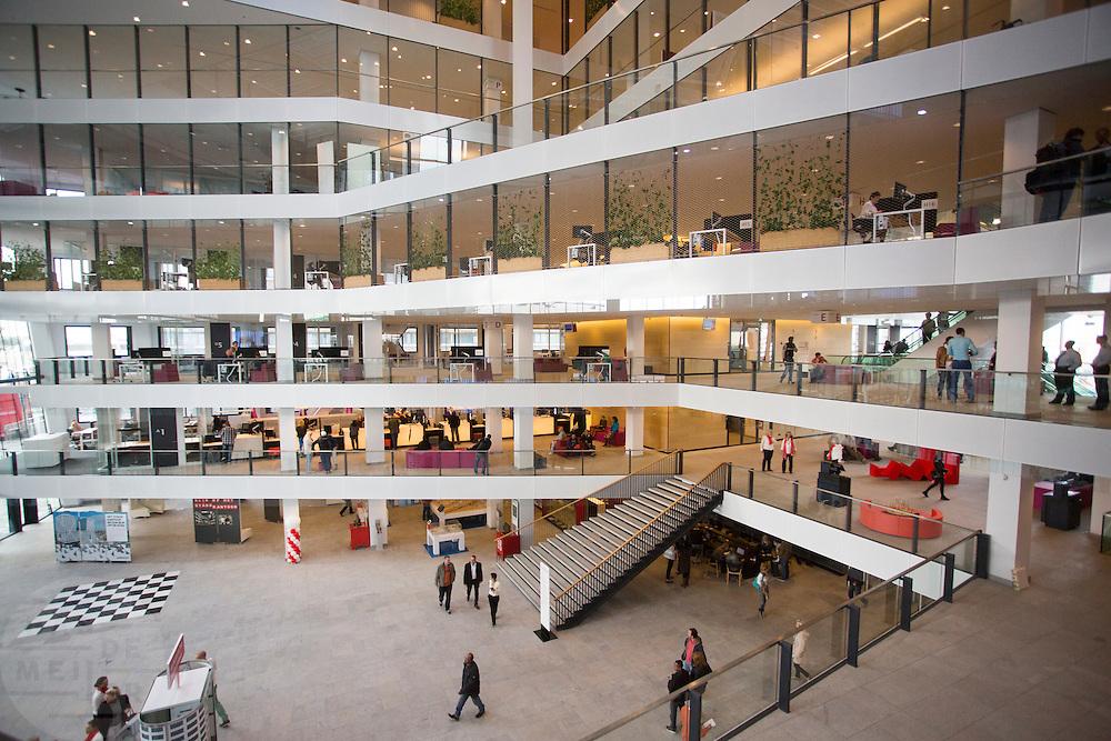 In Utrecht is het nieuwe Stadskantoor in gebruik genomen. De verschillende gemeentelijke diensten die verspreid door Utrecht zaten komen allemaal in het Stadskantoor te zitten. Alleen de gemeenteraad, de trouwzaal en de wijkkantoren blijven op de oude locatie. Burgers moeten wel eerst een digitale afspraak hebben gemaakt voor ze gebruik kunnen maken van een dienst in het Stadskantoor. De ambtenaren hebben allemaal flexplekken.