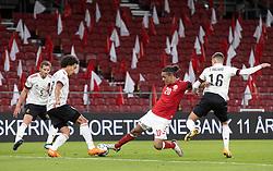 Yussuf Poulsen (Danmark) mellem Axel Witsel og Thorgan Hazard (Belgien) under UEFA Nations League kampen mellem Danmark og Belgien den 5. september 2020 i Parken, København (Foto: Claus Birch).
