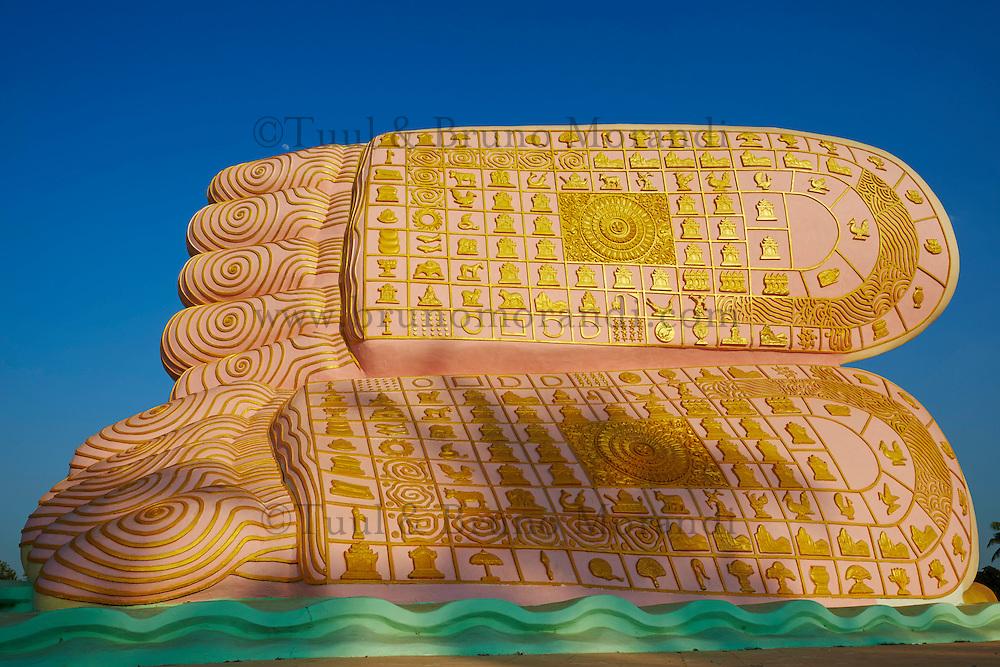 Myanmar (Birmanie), Pegu (Bago), les pieds decores du Bouddha couché de Mya Tha Lyaung// Myanmar (Burma), Pegu or Bago, The decorated feet of the MYA THA LYAUNG reclining BUDDHA one of the largest in the world