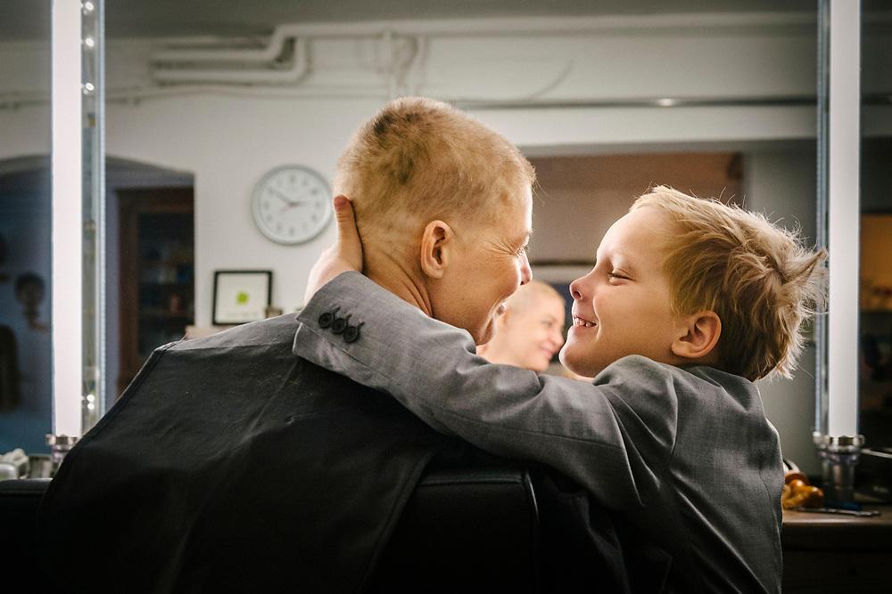 Ihr Sohn wollte dabei sein, wenn Annette sich die restlichen Haare abrasieren lässt.