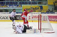 Michael Huegli (SCRJ) erzielt das 4:1 gegen Mikhail Flyagin und Torhueter Ludovic Waeber (Red Ice) im Playoff Halbfinal Spiel der NLB zwischen den SC Rapperswil-Jona Lakers und HC Red Ice Martigny, am Dienstag, 08. Maerz 2016, in der Diners Club Arena Rapperswil-Jona. (Thomas Oswald)