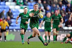 Chris Noakes of London Irish passes the ball - Photo mandatory by-line: Patrick Khachfe/JMP - Mobile: 07966 386802 30/11/2014 - SPORT - RUGBY UNION - Reading - Madejski Stadium - London Irish v Gloucester Rugby - Aviva Premiership