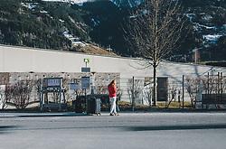 15.03.2020, Kaprun, AUT, Coronavirus in Österreich, im Bild eine Frau wartet mit Koffern an einer Bushaltestelle. Die Hotels schließen mit 15. März ihren Betrieb zur Eindämmung der Verbreitung des Corona Virus ein // a woman waits at a bus stop with suitcases. The hotels close their operations on 15 March to contain the spread of the Corona virus, Kaprun, Austria on 2020/03/15. EXPA Pictures © 2020, PhotoCredit: EXPA/Stefanie Oberhauser