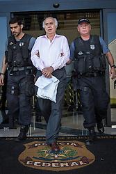Agentes da Polícia Federal escoltam o ex-médico Roger Abdelmassih, que foi preso ontem(19), em Assunção, capital do Paraguai para o aeroporto internacional de Foz do Iguaçu. Abdelmassih, um dos homens mais procurados do Brasil, é acusado de 56 estupros contra 37 vítimas, todas elas pacientes de sua clínica de fertilização in vitro. Ele começou a ser investigado pelo Ministério Público Estadual (MPE) em 2008. FOTO: Jefferson Bernardes/ Agência Preview