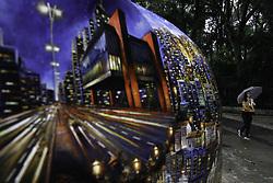 August 18, 2017 - Pedestres se protegem da chuva e do frio na Avenida Paulista, região central de São Paulo (SP), nesta sexta-feira  (Credit Image: © FáBio Vieira/Fotoarena via ZUMA Press)