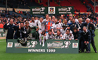 Tottenham Hotspur players with the Worthington League Cup. Tottenham Hotspur v Leicester City, Worthington League Cup Final, Wembley Stadium, 21/03/1999. Credit: Colorsport / Andrew Cowie