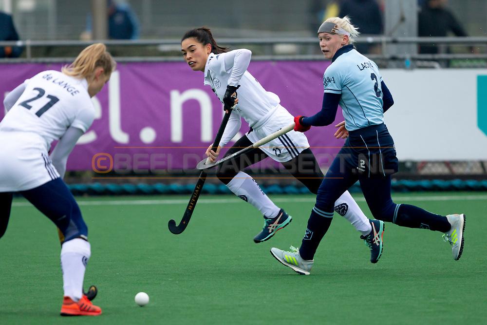 LAREN -  Hockey Hoofdklasse Dames: Laren v Pinoké, seizoen 2020-2021. Foto: Stella van Gils (Pinoké) en Katerina Lacina (Laren)