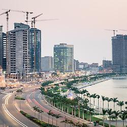 A nova Marginal de Luanda, Avenida 4 de Fevereiro e a Baía de Luanda ao cair da noite. Vista da Faculdade de Ciências da Universidade Agostinho Neto. Cidade de Luanda, capital de Angola