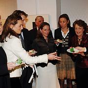 NLD/Apeldoorn/20051216 - Prinses Margriet en schoondochters bezoeken tentoonstelling Bruiden van Het Loo, prinses Marilene van den Broek, prins Floris, Anita van Eijk, Annet Sekreve, Aimee Söhngen aansnijden taart