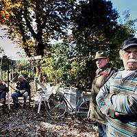 Nederland, Uithoorn , 25 oktober 2012..Bezetting ingang kerkhofje aan Zijderveld 25 in Uithoorn door betrokkenen om ruiming ervan door asbest te voorkomen..Foto:Jean-Pierre Jans